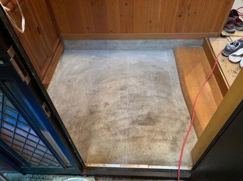 玄関タイル張り工事